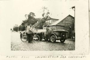 """Liiklusavarii Kuressaares 15. juulil 1931. a. varahommikul, Lossi tänaval maja nr. 14 ees . Kokku põrkasid auto nr. 1 ja auto nr. 10. Nr. 1 oli Saare maavalitsuse sõiduauto ja ajalehes juhi nime ei mainitud. Auto nr. 10 kuulus A. Maripuule. Mõlemad juhid pääsesid vigastusteta, Küll aga said autod kannatada. Sündmuskohal käinud ja asja lähemalt uurinud ajakirjanik vihjas oma kirjutise lõpus maavalitsuse autojuhile kui võimalikule süüdlasele. Ta oletas, et maavalitsuse autojuht oli öisest ringisõitmisest väsinud ja tema põhjustaski avarii tähelepanematuse tõttu. Kindel oli see, et """"Samal ööl sõitnud maavalitsuse autoga maavalitsuse esimees M. Neps ja kuuldavasti sõidutatud sellega ka mõningaid tähtsamaid pidulisi kuursaalist suvekuninganna valimistelt koju"""". Foto: SMF 3590:11"""