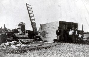 Üle Saaremaa läks 14-palliline urrugaan. Selline oli 1936. a. 27. juuli kohaliku ajalehe Meie Maa esikülje artikli pealkiri, mis jätkus: Muhu tänane pilt: hävitatud viljapõllud, purustatud hooned, murtud metsad ja surmaohvrid. Tormist, küll mitte nii hullusti, sai osa ka Kuressaare. Pühapäeval 26. juulil oli Kuressaare Eesti Seltsi juubelipidustuste teine ja aastalaada esimene päev. Seetõttu oli juba varakult linnas palju rahvast liikumas. Algselt Lossihoovi kavandatud pidulik aktus tuli tormise ilma tõttu lossis maha pidada, kuhu mahtus ainult osa huvilisi. Kontserdi ajaks oli raju üle läinud ja lauludel lasti õues kõlada. Samal ajal maal võttis torm kohati katastroofi mõõtmed. Urrugaan e orkaan, mille tugevuseks hinnati hiljem 14 palli, algas Laimjalast ja läks üle Kuivastu Muhu saarele. Saaremaa viljaaidaks nimetatud Pöide jäi tormi teest kõrvale. Laimjalas laastasid maad kanamuna- kuni rusikasuurused raheterad. Senini teadaolevalt suurim rahetera kaalunud lausa pool kilo. Kartulipealsed peksti puruks just õitsemise ajal. Oder, mis viimaste vihmade järel oli hakanud põuast kosuma, peksti teradest tühjaks. Kaerast on jäänud järele vaid kõrre otsas lipendavad lestad, kirjutas kohal asja uurimas käinud Postimehe ajakirjanik. Audla metsas lõi rahe puud lehtedest paljaks. Mets oli must nagu pärast tulekahju. Vanamõisa metsas murdis torm viis tuhat suurt mändi. Torm lõhkus maju, pikne süütas mitu küüni ja tappis ühe vasika. Tormi käes hukkus 70. aastane Juuli Nõu, kes oli hobuvankril teel koju Linnuse külla. Juuli püüdnud küll lähemasse tallu tormivarju minna, kuid ei jõudnud. Tuulehoog rebis maast lahti kadakamätta koos kividega ja paiskas selle kõrges kaares otse vankrisse. Juuli suri saadud löögist kohapeal. Tormikahjusid hinnanud valitsuskomisjoni otsuses nimetati loodusnähtust keerdtormiks. See jõudis suhteliselt lühikese aja jooksul teha laastamistööd umbes neljakümne ruutkilomeetrisel maa-alal. Kümne küla saja talu suvivili hävis peaaegu täielikult. Kuri ilm teg