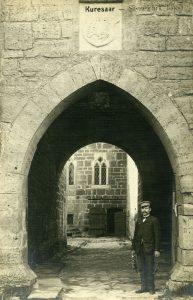 Fotol lossivaht Aleksei Kaljo (1864-1932) kundesid ootamas, et neile nii linnust kui selles asuvat muuseumi tutvustada. Pildistatud 1920. aastate I poolel. Martin Jakobsoni foto (SMF 3761:291)