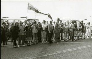 23. augustil 1989 korraldati Eestis, Lätis ja Leedus ühine poliitiline massimeeleavaldus umbes 2 miljonist inimesest koosneva rahvaahela näol, mille eesmärk oli näidata maailmale Baltimaade vabadustahet ning juhtida tähelepanu NSV Liidu ja Saksamaa vahel 1939. aastal sõlmitud Molotovi-Ribbentropi paktile, mille salaprotokollid viisid Baltimaade okupeerimise ja annekteerimiseni NSV Liidu poolt. Lääne-Eesti saartele see rahvaahel küll ei ulatunud, kuid saarlased võtsid siiski sellest kogu maailma tähelepanu pälvinud ajaloolisest sündmusest osa – mandrile läks kaasmõtlejatega käsi ühendama üle 1000 saarlase. Fotod: Enno Raun, SM.