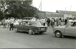 Saarlaste kogunemine Kuressaare bussijaamas enne mandrile minekut 23.08.1989. Foto: Enno Raun, SM