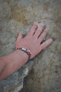 HELMED Laevadest leiti ohtralt erinevatest materjalidest helmeid - klaasist, merevaigust ja kivist. Saaremaa Muuseumi poe valikust leiab klaasist, luust ja luuportselanist Salme leidude koopiaid kui ka mustritest inspireeritud disaine.